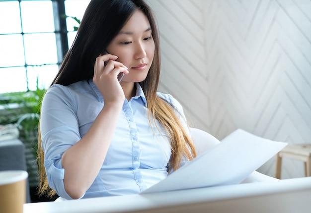 Mujer de negocios, utilizar, un, smartphone