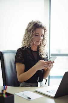 Mujer de negocios, utilizar, teléfono móvil
