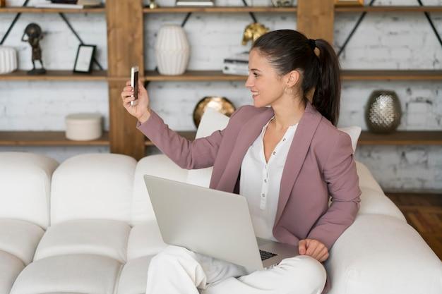 Mujer de negocios con una videollamada