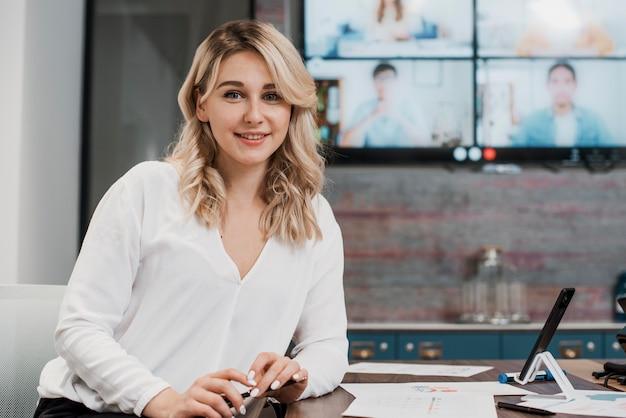 Mujer de negocios de vista frontal en su escritorio de oficina