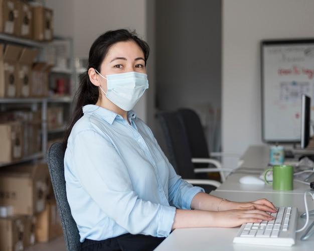 Mujer de negocios, vista lateral, trabajando