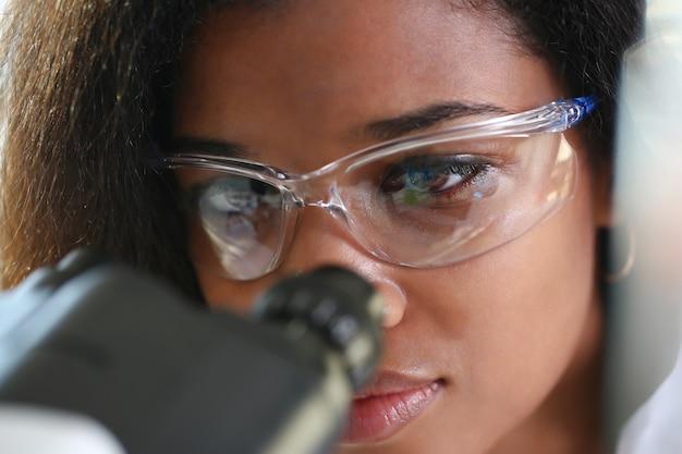 Mujer negra científico estudiante químico en protector