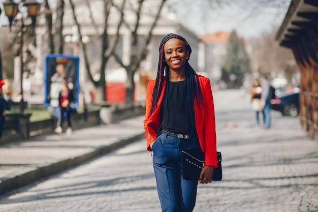 Mujer negra en una ciudad