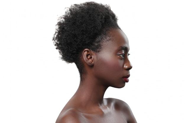 Mujer negra desnuda de perfil