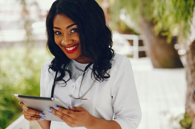 Mujer negra con estetoscopio