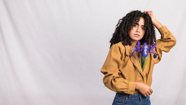 Mujer negra con flores en camisa