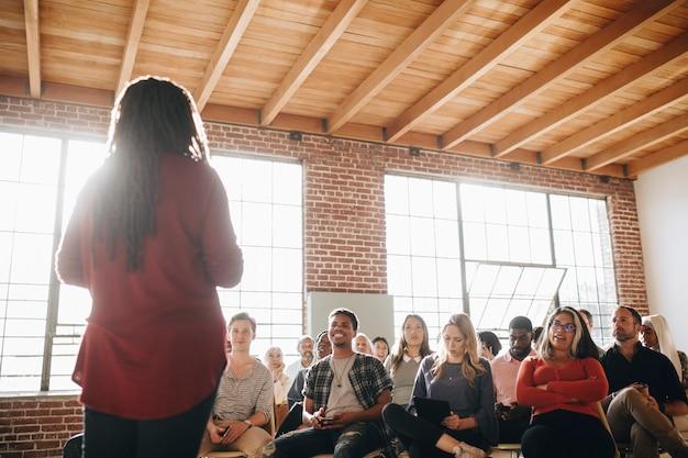 Mujer negra, hablar, en, un, seminario