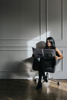 Mujer negra, leer un periódico