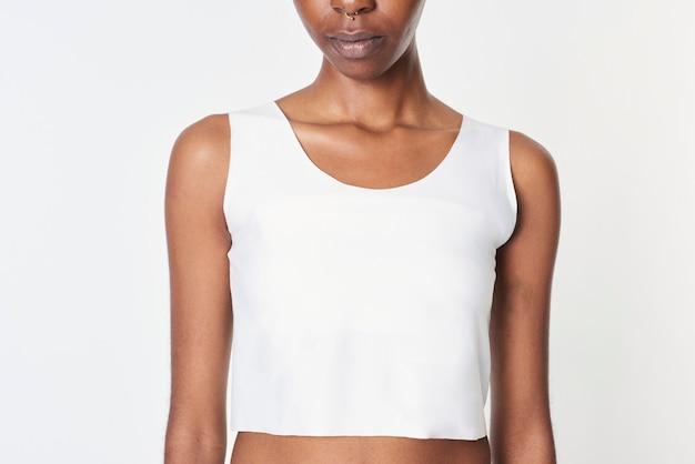 Mujer negra en una maqueta de top corto blanco
