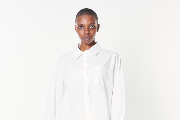 Mujer negra con una maqueta de vestido de camisa blanca