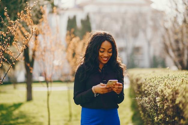 Mujer negra en un parque