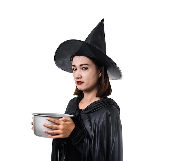 Mujer de negro scary bruja disfraz de halloween de pie con sombrero blanco aislado