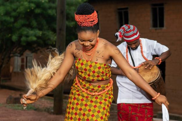 Mujer nigeriana bailando tiro medio