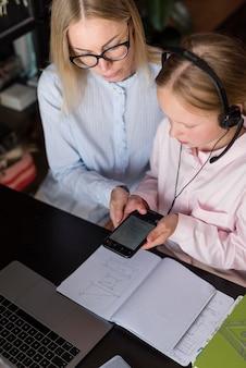 Mujer y niña haciendo la tarea