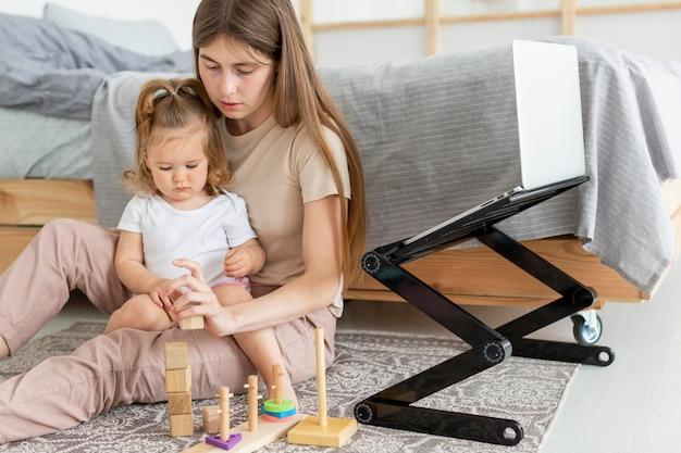 Mujer y niña en el piso
