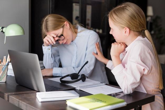 Mujer y niña teniendo problemas escolares