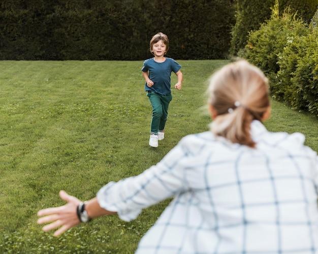 Mujer y niño divirtiéndose al aire libre