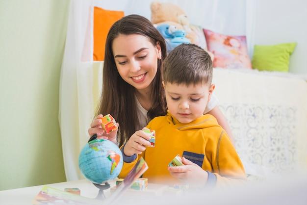 Mujer y niño jugando cubos