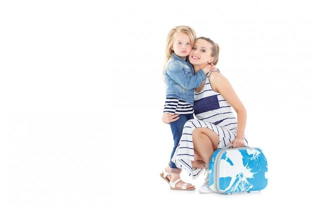 Mujer y niño con una maleta
