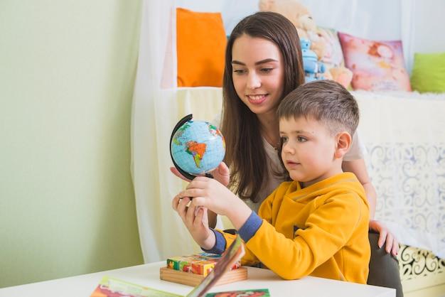 Mujer y niño mirando globo
