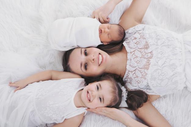 Mujer y niño pasan tiempo con niños. abraza al bebe. la infancia, paternidad, maternidad, fecundación in vitro