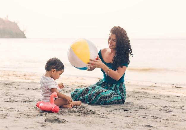 Mujer, con el niño, en, playa