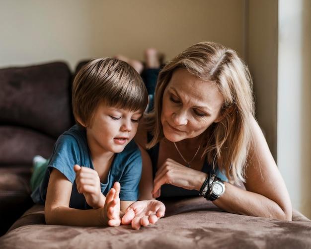 Mujer y niño de tiro completo en el interior