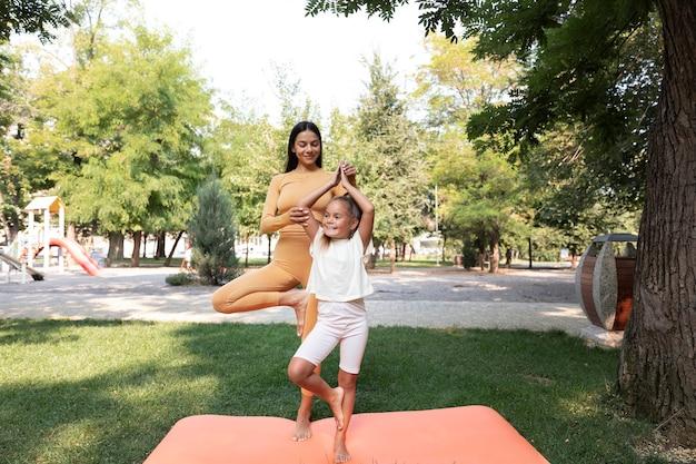 Mujer y niño de tiro completo en el parque