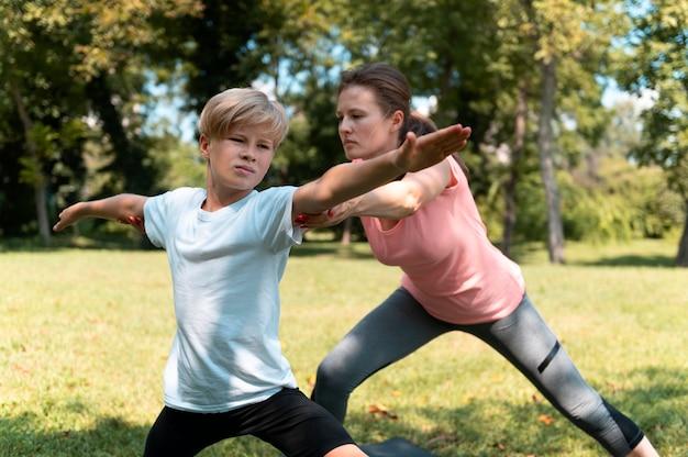 Mujer y niño de tiro medio fuera