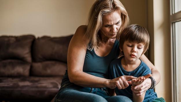 Mujer y niño de tiro medio juntos