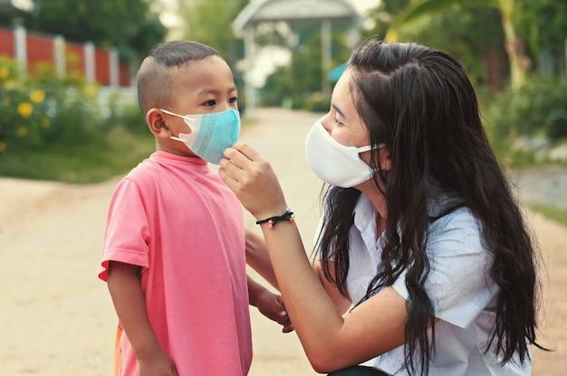 Mujer con niños con máscara para proteger el virus corona covid19. concepto de salud