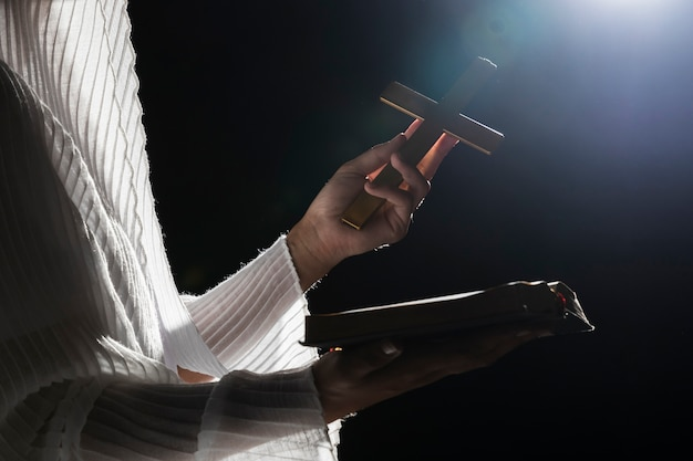 Mujer en noche completa rezando afuera