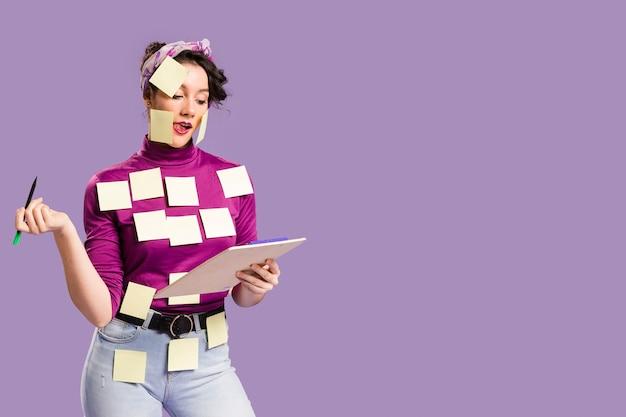 Mujer con notas adhesivas sobre ella y copia espacio