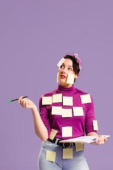 Mujer con notas adhesivas sobre ella mirando hacia arriba