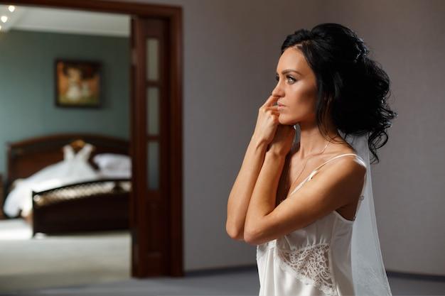 Mujer novia sonriente en el dormitorio