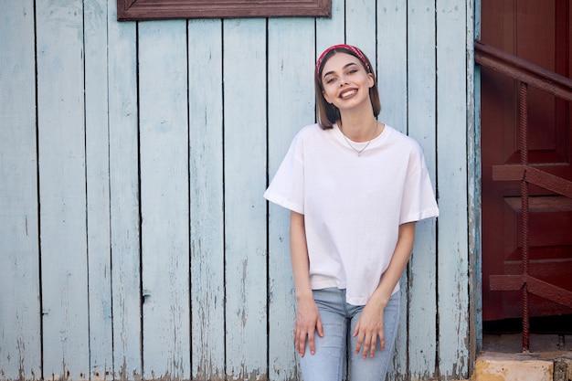 Mujer o niña con camiseta blanca en blanco