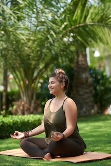 Mujer obesa practicando yoga