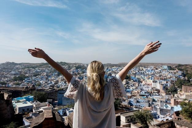 Mujer occidental que explora la ciudad azul, jodhpur india