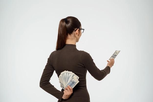 Mujer ocultando ingresos, tonto socio comercial, da un dólar