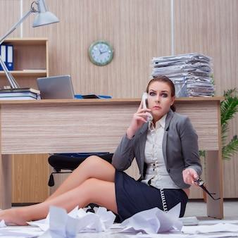 Mujer ocupada estresante secretaria bajo estrés en la oficina