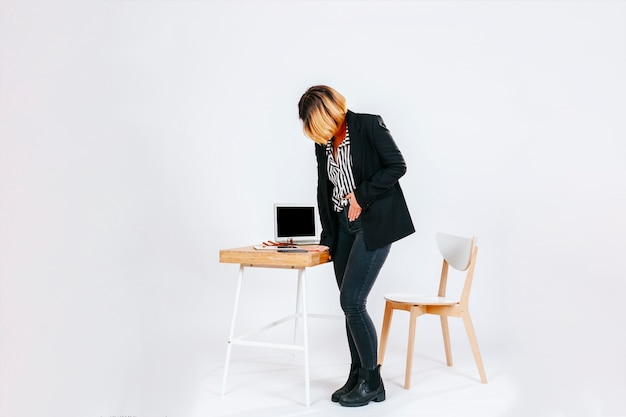 Mujer en la oficina con dolor de estómago