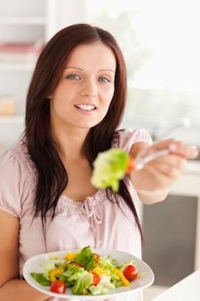 Mujer ofreciendo ensalada