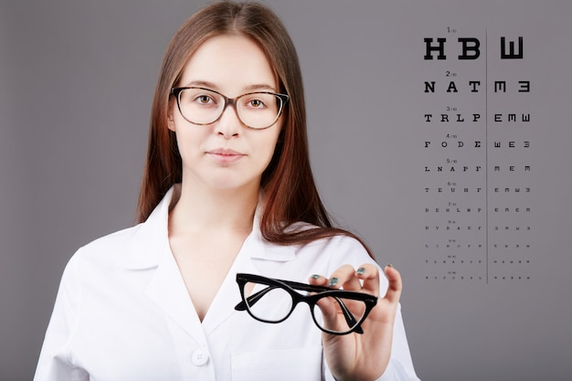 Mujer oftalmóloga trabajando