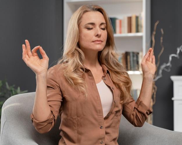 Mujer con los ojos cerrados tratando de calmarse
