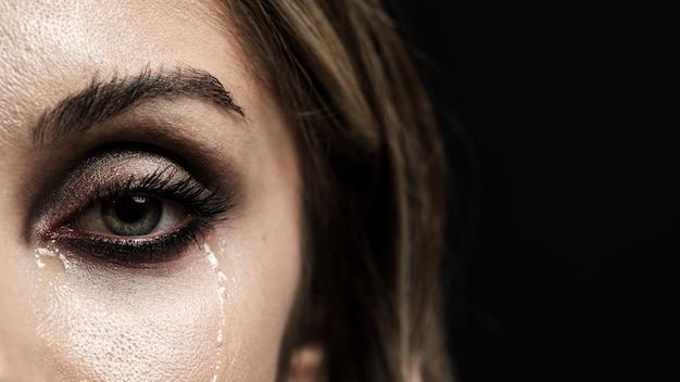 Mujer con ojos verdes llorando