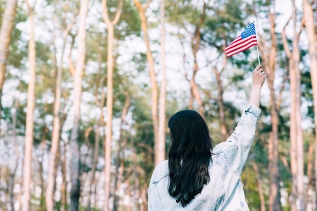 Mujer, ondeando, bandera estadounidense