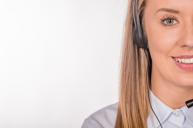 Mujer operador de soporte al cliente con auriculares y sonriente