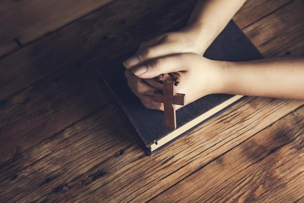 Mujer de oración, tenencia, cruz, en, biblia