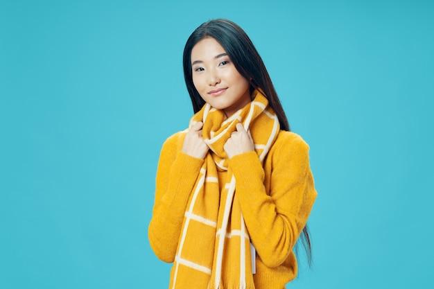 Mujer ordinaria con un suéter cálido y una bufanda.
