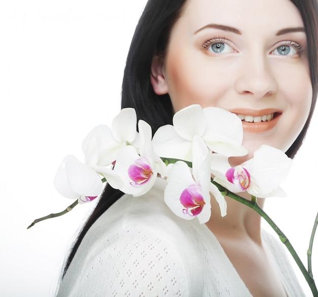 Mujer con orquídeas phalaenopsis